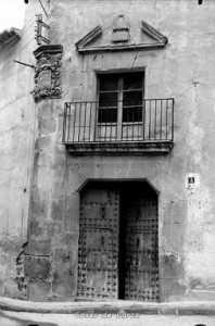 Entrada principal de la derruida casa de los Marcilla de Teruel Montezuma en la plaza del Ibreño