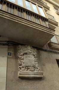 El único vestigio externo del edificio que albergó también las academias de Música y Dibujo es el escudo