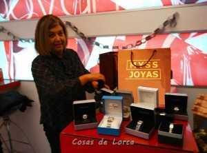 Maria Quiñonero mostrando el lote de 14 relojes que ha donado a la campaña solidaria.