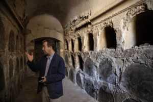 El arquitecto De la hoz en la cripta descubierta en San Patricio, donde se han hallado pinturas murales. ALBERTO DI LOLLI