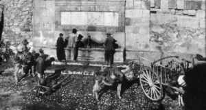 FUENTE DEL CAÑO CARGANDO AGUA 1900