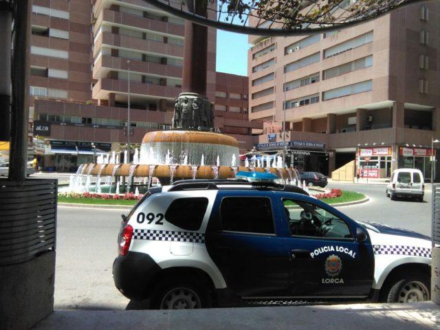 Agentes de la Policía Local detuvieron el martes a dos personas por distintos delitos de hurto en establecimientos de la Avenida Juan Carlos I